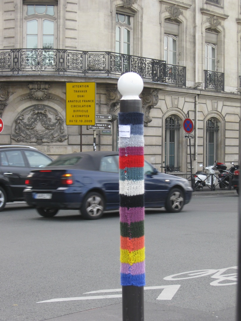 a small yarnbomb in Paris